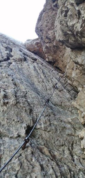 Plezanje v feratah. Zavarovana plezalna pot na Prisojnik